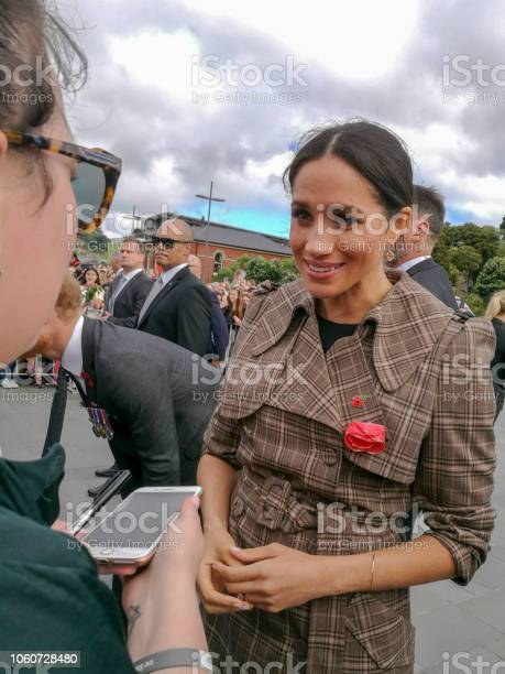 The Duke And Duchess Of Sussex Chat With Members Of The Crowd At The Wellington War Memorial In New Zealand — стоковые фотографии и другие картинки Meghan - Duchess of Sussex
