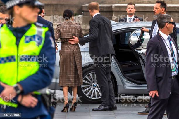 The Duke And Duchess Of Sussex Departing The Wellington War Memorial In New Zealand — стоковые фотографии и другие картинки Meghan - Duchess of Sussex