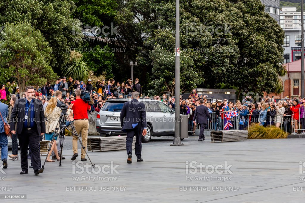 The Duke and Duchess of Sussex departing the Wellington War Memorial in New Zealand. - Стоковые фото Meghan - Duchess of Sussex роялти-фри