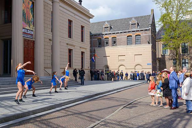 der holländischen königsfamilie während königstag 2016 in zwolle - feiertage holland 2016 stock-fotos und bilder