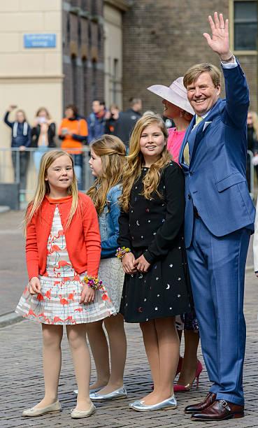 der holländischen königsfamilie während königstag in zwolle - feiertage holland 2016 stock-fotos und bilder