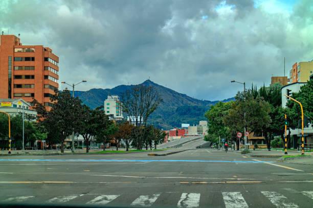 Die Eastbound Carriageways Of Calle 100 Wo es Trifft Carrera 11 in der kolumbianischen Hauptstadt Bogota. Normalerweise vollgepackt mit schwerem Vehicular Verkehr, Es ist deserted aufgrund der Coronavirus-Sperre im Land – Foto