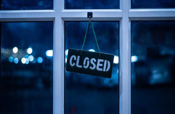 コロナまたはcovid-19ウイルスの影響はレストランを閉鎖しました。 - 閉める ストックフォトと画像