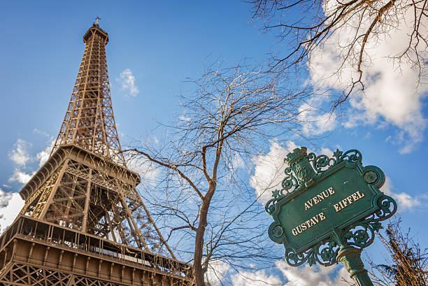 La Torre Eiffel y de la avenida señal Gustave Eiffel, París, Francia - foto de stock