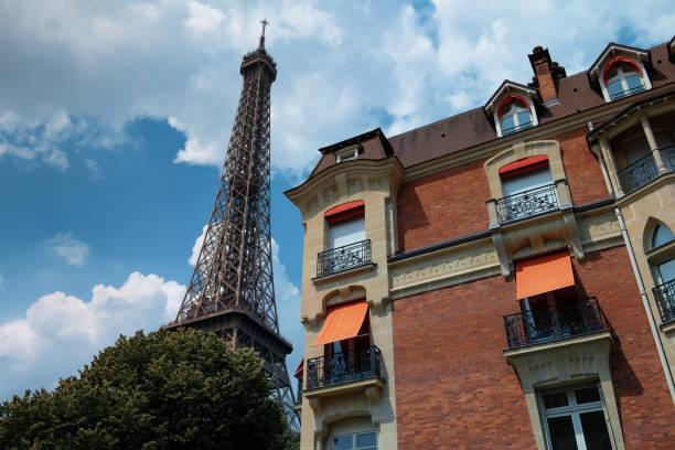 Der Eiffelturm neben Pariser Häusern – Foto