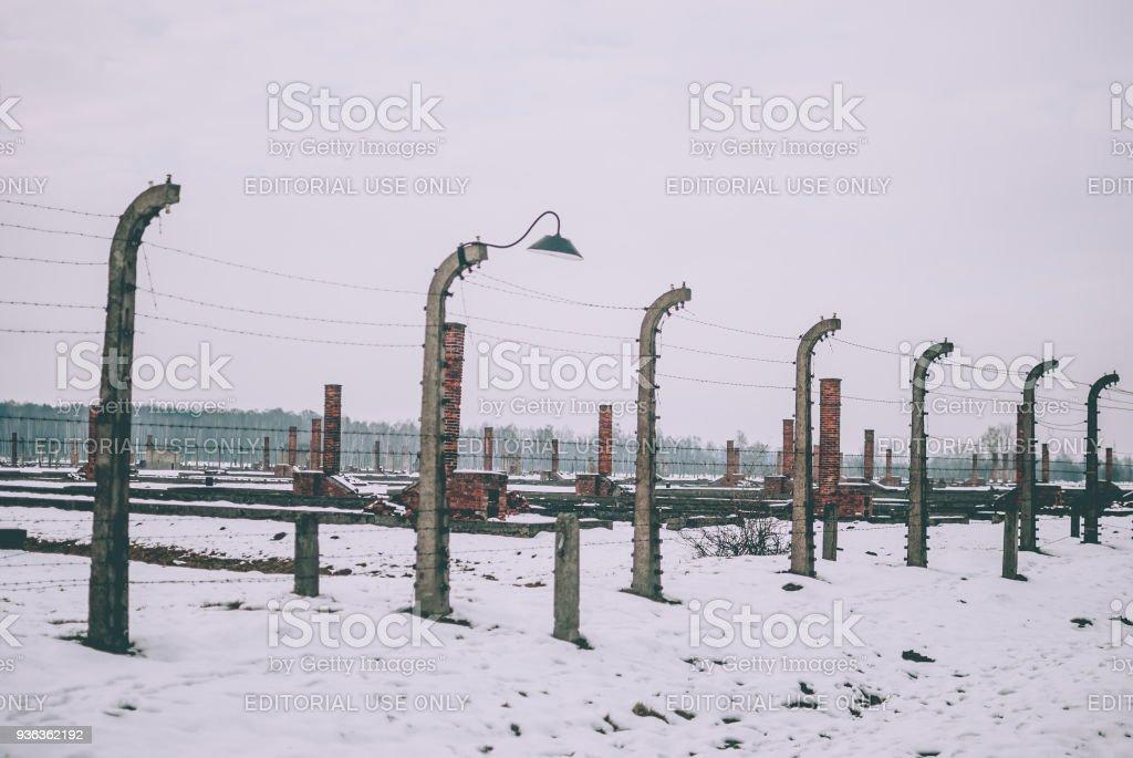 Die elektrifizierte Stacheldrahtzaun des KZ Auschwitz-Birkenau. – Foto