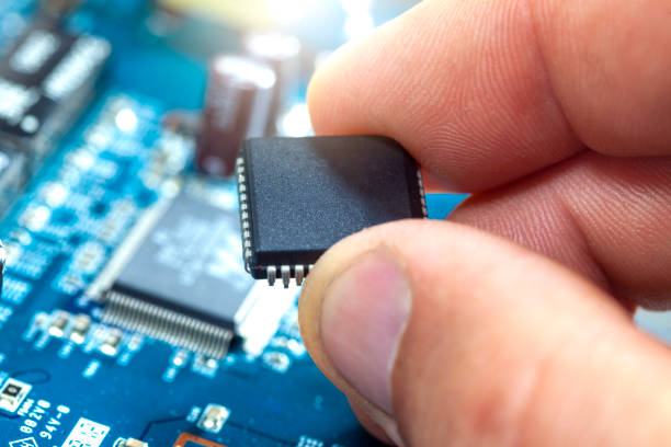 Der Elektroniker montiert den Chip – Foto