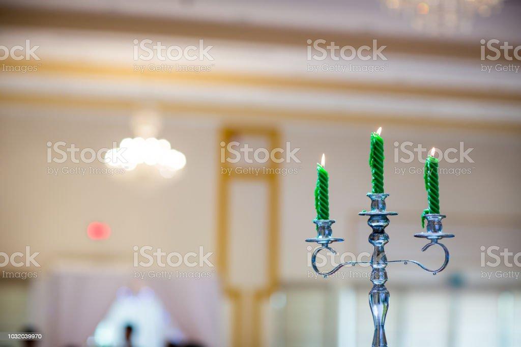 o elegante castiçal decorado com velas verdes na sala de jantar, aniversário de casamento - foto de acervo