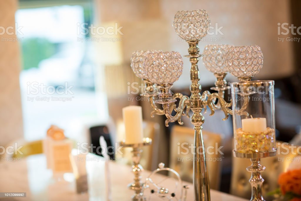 o castiçal de cristal elegante decorado com velas brancas na sala de jantar, aniversário de casamento - foto de acervo