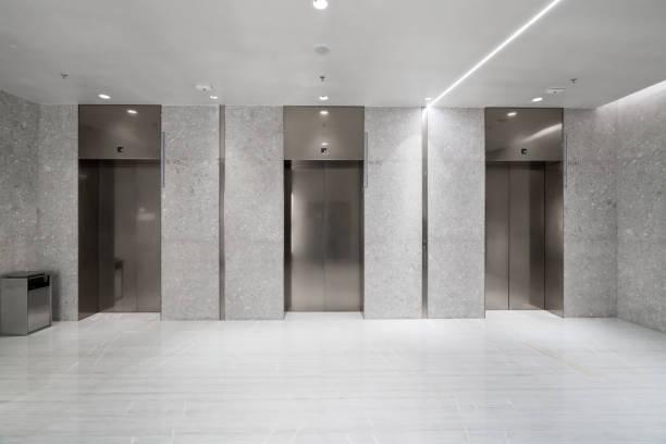 Der Aufzugseingang befindet sich im Einkaufszentrum – Foto