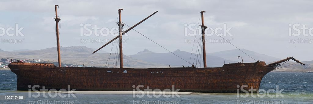 The ELIZABETH, wrecked and aground at Stanley, Falkland Islands​​​ foto