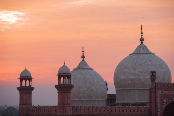 The Emperors Mosque - Badshahi Masjid at sunset The Emperors Mosque - Badshahi Masjid at sunset lahore pakistan stock pictures, royalty-free photos & images