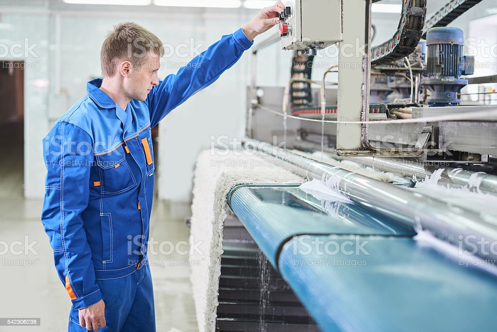 The employee works on the machine for carpet cleaning – Foto