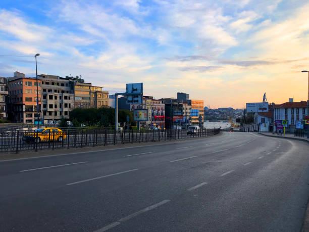 de lege straat van istanboel tijdens de uitbarsting van covid-19 - i̇stiklal caddesi stockfoto's en -beelden