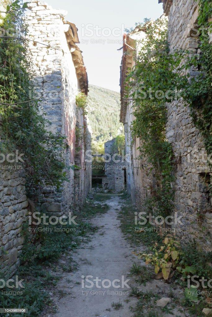 Las ruinas vacías de las casas de las calles abandonadas de Janovas, abandonada de una aldea arruinada en el Pirineo Aragonés durante los años sesenta debido a la construcción de una presa - foto de stock