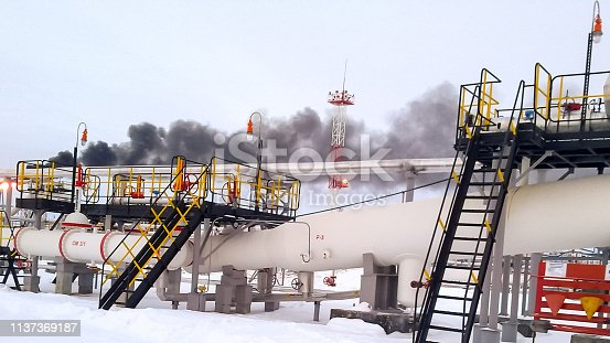 The end phase divider is tubular. Equipment for separating water from oil. Oil field. The equipment of crafts in Western Siberia, iron designs and pipes