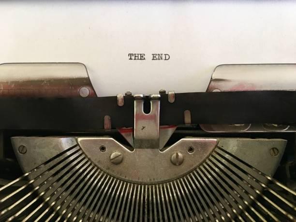 ende auf weißes papier auf vintage schreibmaschine getippt - oz verlag stock-fotos und bilder