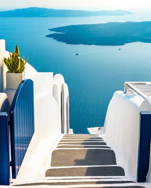 the endless blue of santorini greece, traditional greek island, luxury holiday - grecja zdjęcia i obrazy z banku zdjęć