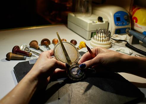 Foto de O Gravador Coloca Uma Marcação Na Medalha Sobre O Colar e mais fotos de stock de Antigo