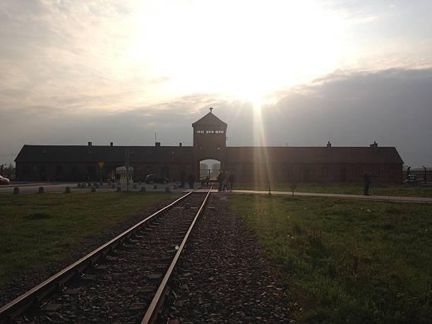 the entrance of the notorious auschwitz ii-birkenau - brüllender tod stock-fotos und bilder
