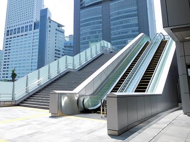Die Rolltreppe und Treppenhaus in einem Geschäftsviertel – Foto