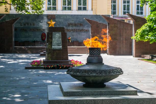 das ewige feuer, das grab des tsezar kunikov und the wall von mir - garden types stock-fotos und bilder