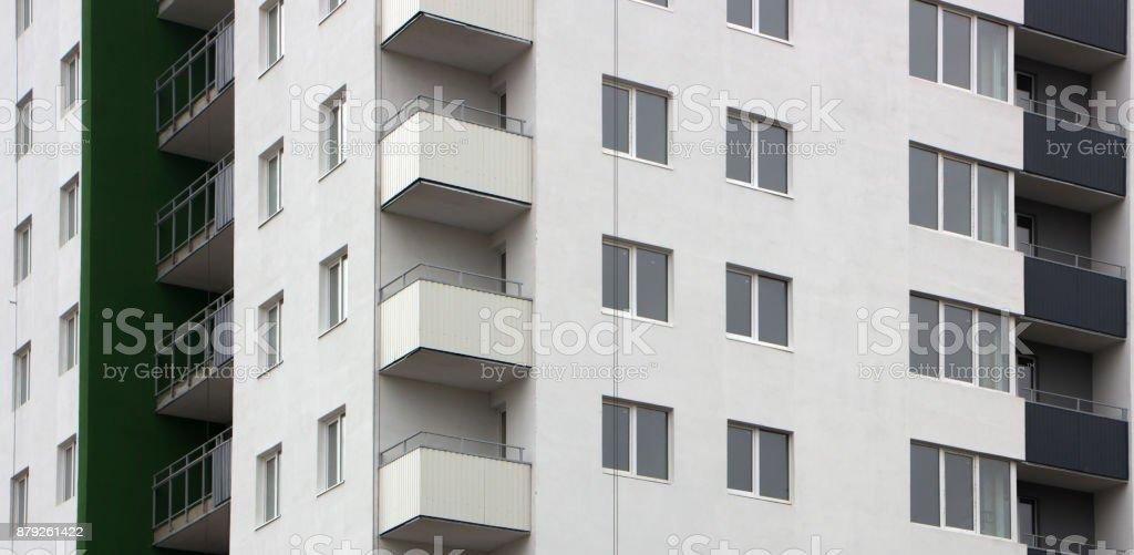 A fachada de um edifício residencial de vários andares de bloco típicos. Close-up vista frontal - foto de acervo