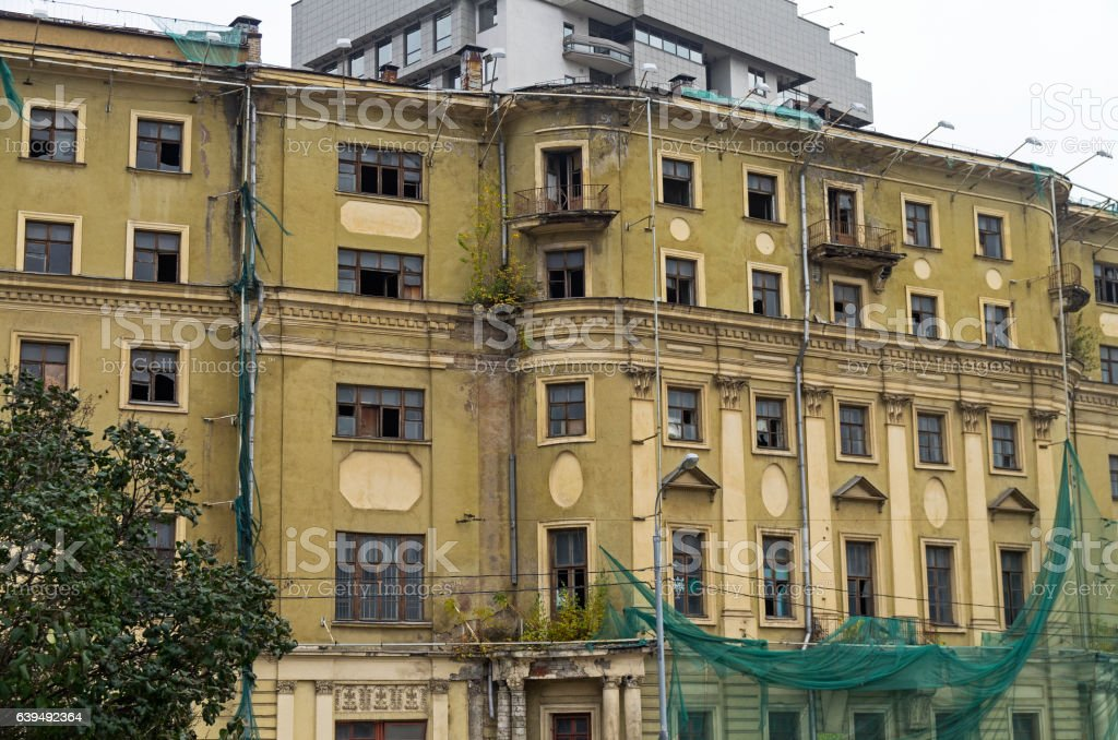 The facade of the old house, prepared for demolition. – Foto