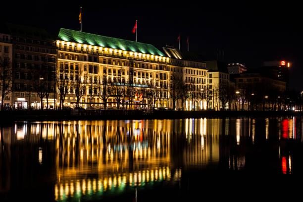 das fairmont hotel vier jahreszeiten befindet sich auf der westlichen seite des inneren alster see-ufer in der nacht - hotel stadt hamburg stock-fotos und bilder