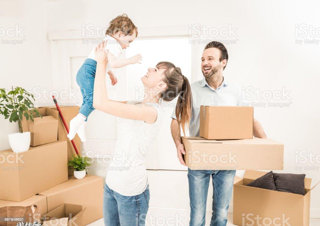 La famille déménage pour un nouvel appartement. - Photo