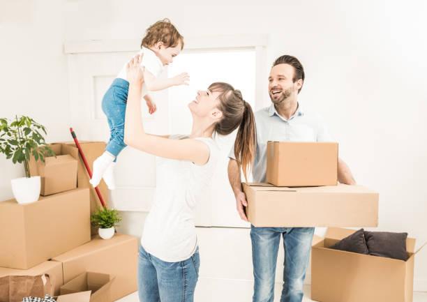 la famille déménage pour un nouvel appartement. - nouveau foyer photos et images de collection