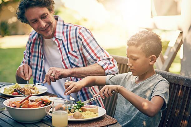 the family that eats together…. - sonntagsbrunch stock-fotos und bilder