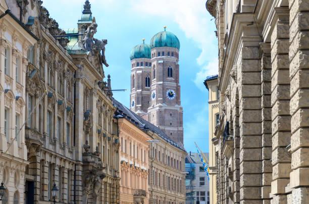 die berühmte frauenkirche in münchen - münchner frauenkirche stock-fotos und bilder