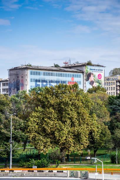 el edificio de la policía federal bombardeada por la otan - antigua yugoslavia fotografías e imágenes de stock