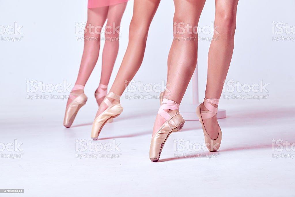 Stopy młodego baletnice w pointe buty – zdjęcie