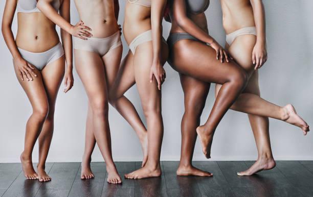 het vrouwelijk lichaam is mooi ongeacht de figuur - lichaamsbewustzijn stockfoto's en -beelden