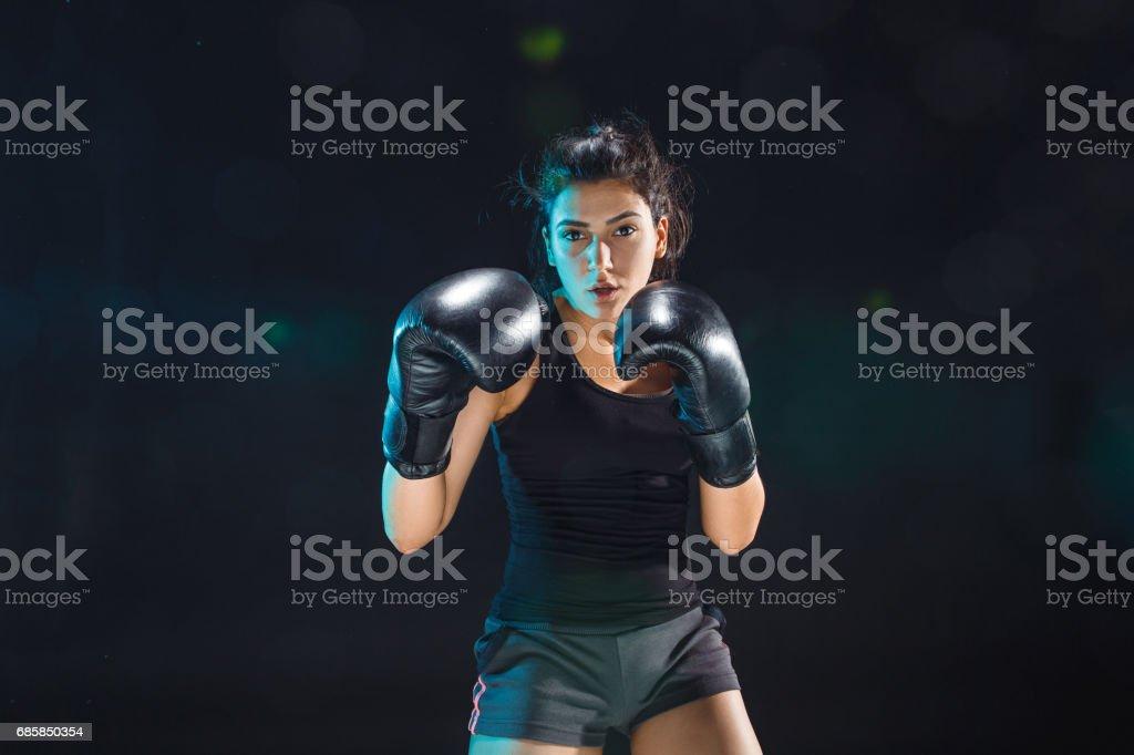 O boxer feminino treinamento no clube de esporte - foto de acervo