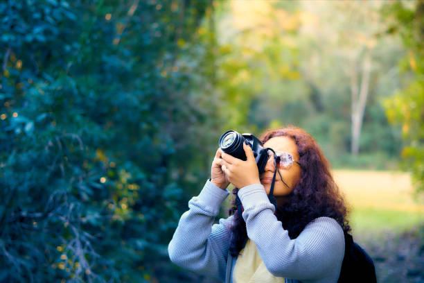 Die Fotografin ist der Wald und die Vögel in einem schönen grünen Wald fotografieren. – Foto