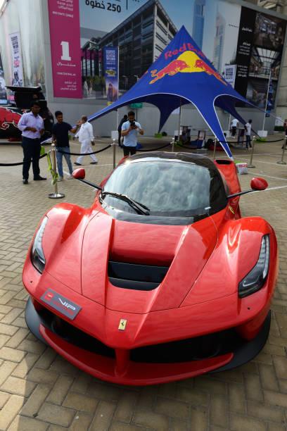 Der Ferrari LaFerrari Sportwagen befindet sich in der Nähe des Eingangs zur Messehalle der Dubai Motor Show 2019 im World Trade Center. – Foto