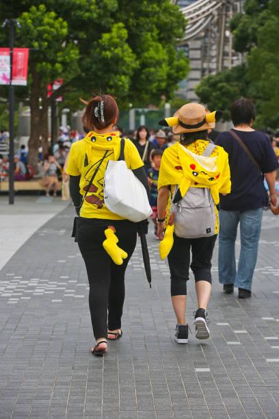 """die fünfte jährliche """"pikachu ausbruch"""" in yokohama (2018) - evoli parade - pflanzen pokemon stock-fotos und bilder"""