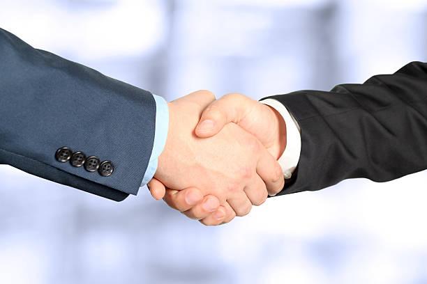 The firm handshake zwischen zwei Kollegen im Büro. – Foto