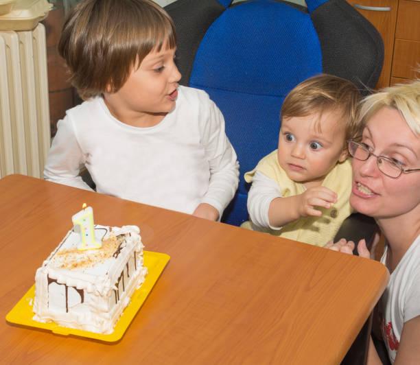 der erste geburtstag der jungen - einladungskarten kindergeburtstag stock-fotos und bilder