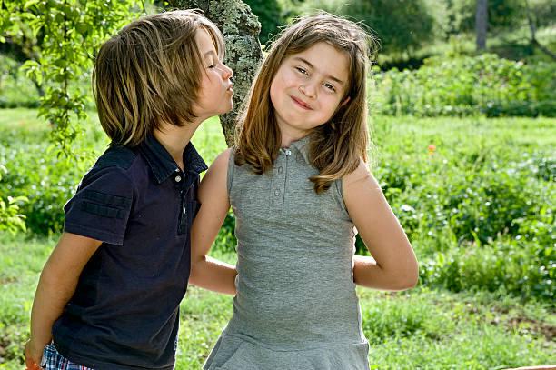 il primo kiss.color immagine - kids kiss embarrassed foto e immagini stock
