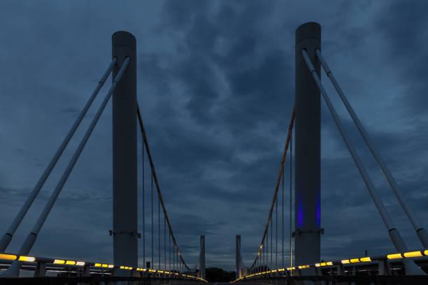 de eerste hangbrug in belgië gelegen in kanne bij maastricht, netherlanfds - maasvallei stockfoto's en -beelden