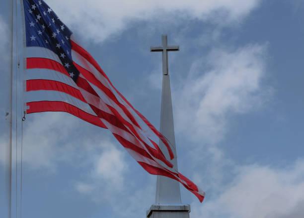 die flagge und das kreuz - religionsfreiheit stock-fotos und bilder