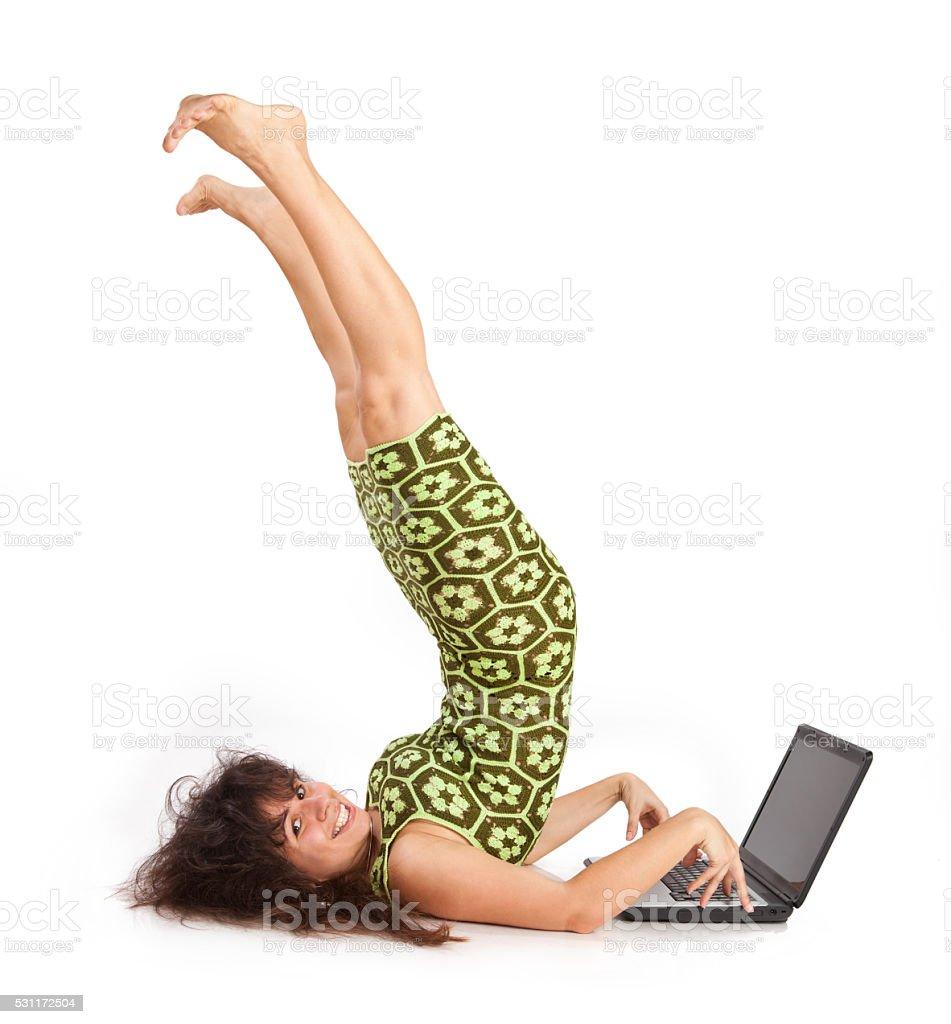 O flexível linda menina com o computador portátil - foto de acervo