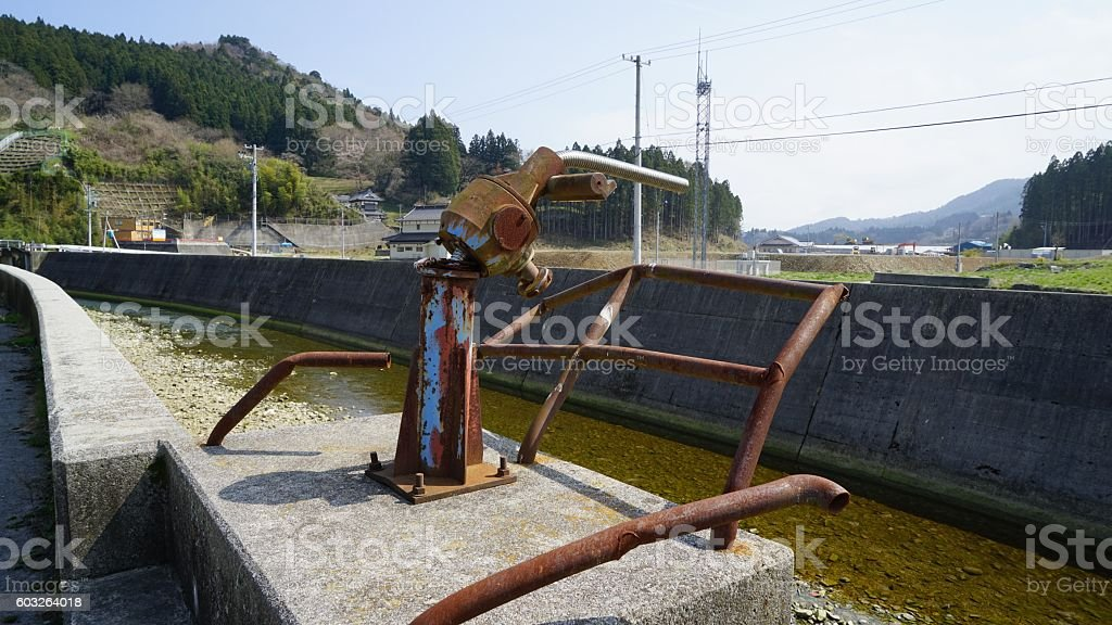 The floodgate destroyed by a tidal wave - foto de stock