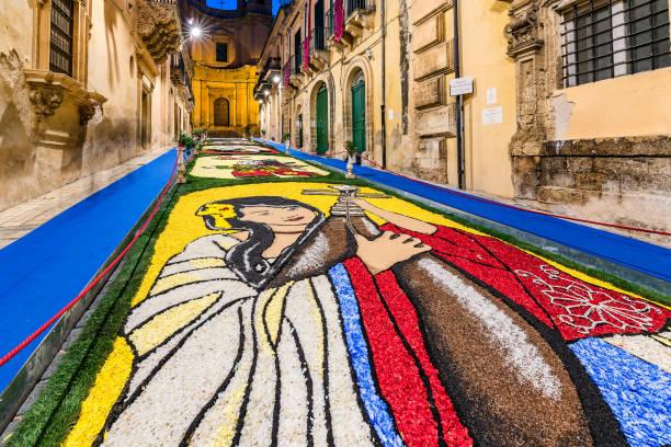het bloemen festival 2018 van noto in sicilië - noto sicilië stockfoto's en -beelden