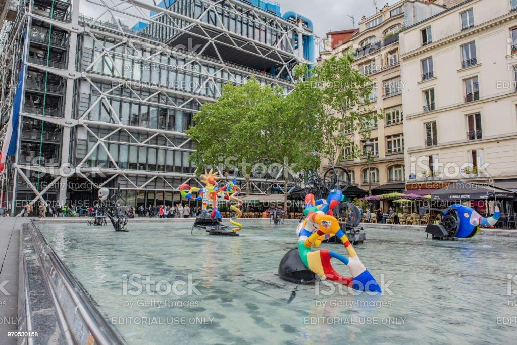 Museo Pompidou.La Fuente En Lugar De Igor Stravinsky Cerca Del Museo Pompidou De
