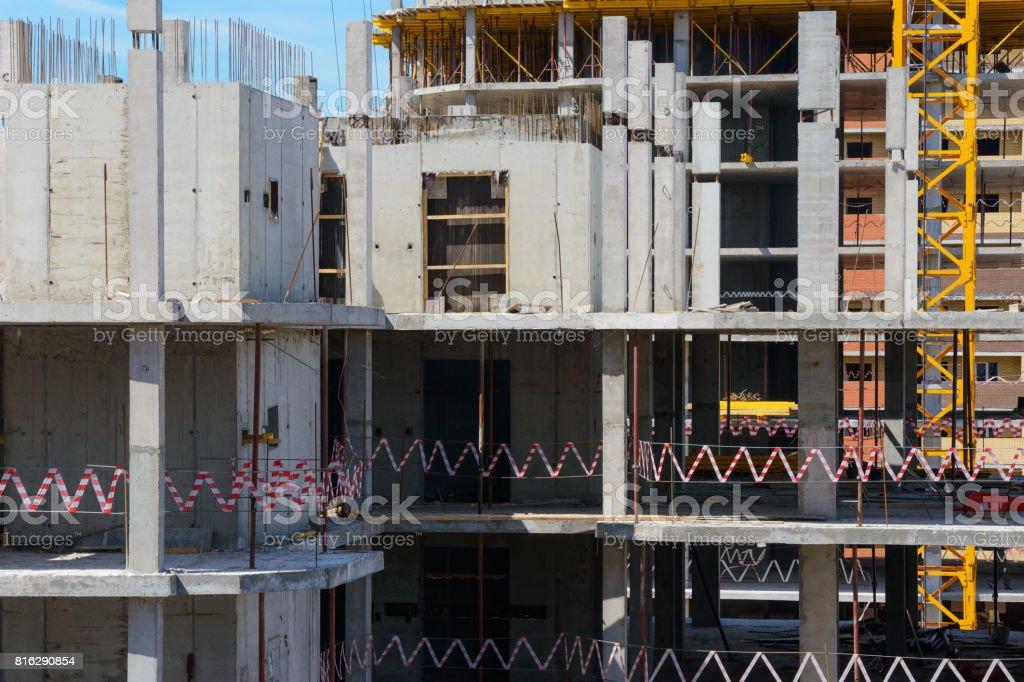 O quadro de um edifício multifamiliar residencial edifício durante a construção - foto de acervo
